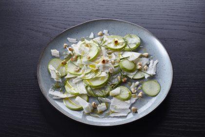 Salade van Granny Smith, Old Amsterdam Geitenkaas en hazelnoten
