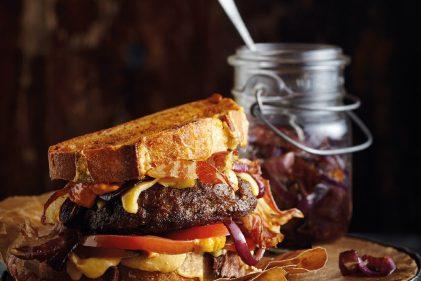 Old Burger met pancetta, gekaramelliseerde rode ui, spicy mayo en Old Amsterdam